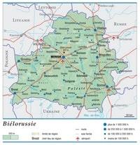 Carte de la Biélorussie avec le relief, l'altitude, les régions, les routes, les voies ferrées, les aéroports et la taille des villes